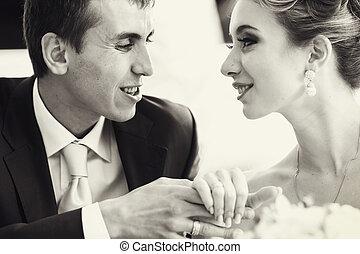 segurando, dela, noivo, noiva, bonito, mãos, conversas, proposta