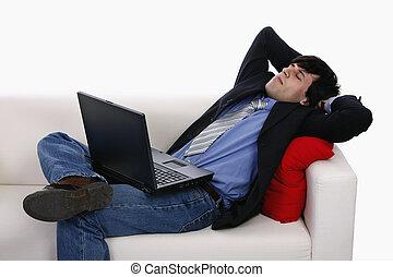 segurando, descansar, pensando, homem negócios, levando, computer., sofá, encontrar-se trás, laptop, enquanto