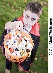segurando, dia das bruxas, desgastar, menino jovem, traje, ao ar livre, vampiro