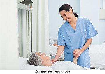segurando, enfermeira, mão, paciente