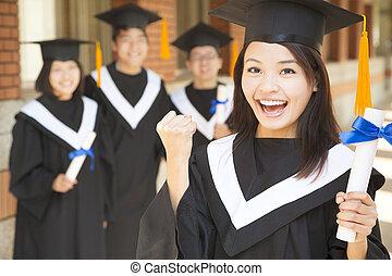segurando, graduado, faculdade, diploma, punho, fazer, jovem