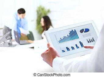 segurando, homem negócios, escritório, tabuleta, digital