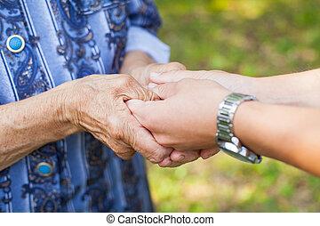 segurando, idoso, enrugado, mãos