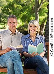 segurando, livros, par, parque