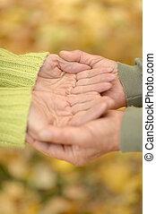 segurando, par ancião