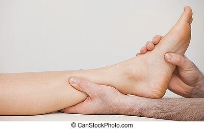 segurando, pedicuro, tornozelo, paciente