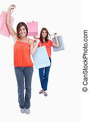 segurando, sacolas, compra, sorrindo, adolescentes, ar