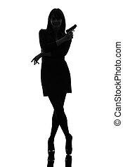 segurando, silueta, detetive, apontar, excitado, mulher, arma