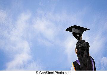 segurando, sky., costas, graduado, estudante, menina, mão, chapéu, vista