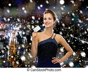 segurando, vestido, cartão, noite, mulher sorri, crédito