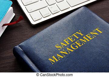 seguridad, dirección, libro, y, teclado, en, un, desk.