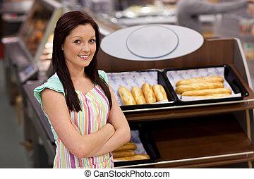 seguro, hembra, sonriente, cámara, cocinero