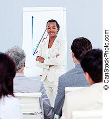 seguro, mujer de negocios, hacer, un, presentación, a, ella, equipo