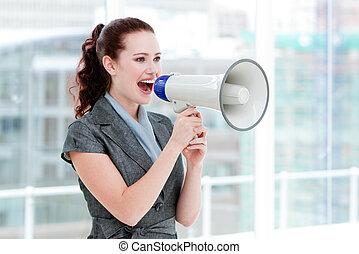 seguro, por, megáfono, mujer de negocios, gritar