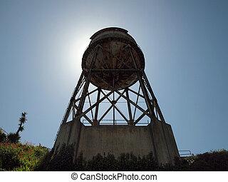sehen aufwärts, verrostet, heraus, wasserturm, auf, alcatraz insel, mit, sonne, direkt, hinten, ihm, und, reben, anfang, wachsen, auf, der, seite, von, der, foundation.