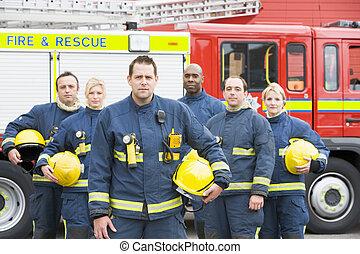 sei, pompieri, standing, vicino, autopompa antincendio