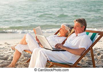 seine, arbeitende , sie, laptop, während, frau lesen,...