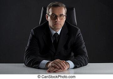seine, arbeitende , sitzen, boss., mittleralter, formalwear, schauen, sicher, fotoapperat, ort, mann
