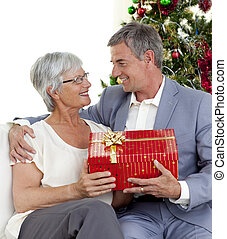 seine, ehefrau, geben, älter, weihnachtsgeschenk, mann