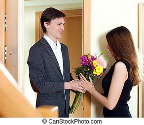 seine, ehefrau, junger, ehemann, blumen, geschenk