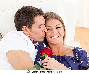 seine, ehefrau, sofa, bezaubern, küssende , porträt, liegen, mann