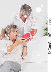 seine, ehefrau, vermischt bild, geben, ehemann, geschenk