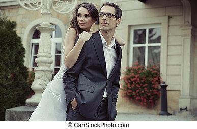 seine, ehefrau, wesen, stolz, bräutigam, umarmt