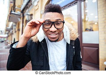 seine, hände, brille, besitz, afrikanisch, glücklich, draußen, mann