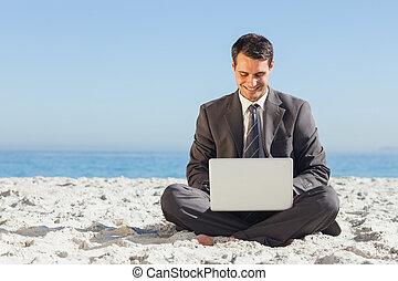 seine, laptop, junger, gekreuzt, tippen, geschäftsmann, beine