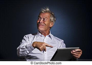 seine, tablette, zeigen, grinsen, älterer mann
