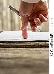 seine, winkel , zeigen, ansicht, zeichen, vertrag, hand, finger, geschäftsmann, dokument, wohin, oder, niedrig