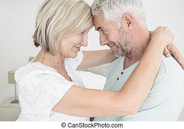 seitenansicht, von, a, mögen, fälliges ehepaar