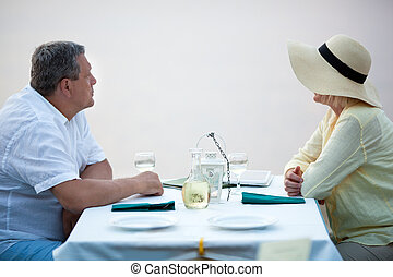 seitenansicht, von, erwachsen- paare, sitzen tisch, mit, wein
