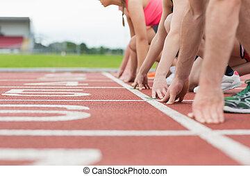 seitenansicht, von, kupiert, leute, bereit, rennen, fährte,...