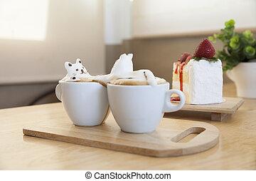 seitenansicht, von, latte, bohnenkaffee, garnierung, gemacht, per, milchschaum, oberseite, auf, der, tasse heißen kaffees, und, erdbeerkuchen