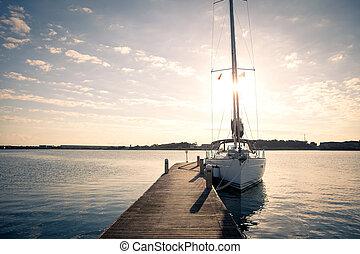sejle yacht, moored, til, den, kajen, hos, solnedgang
