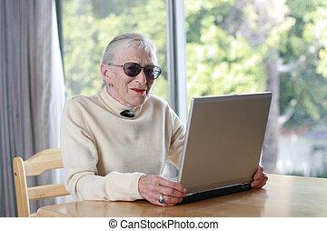 sekély, hölgy, laptop., öregedő, dof.