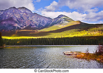 sekély, tó, alatt, hegyek, közül, kanada