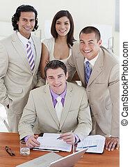 selbstbewusst, dokument, studieren, geschäftsmenschen