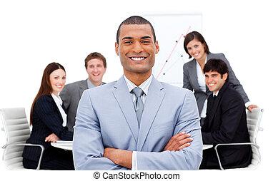 selbstsicherer manager, arme, mannschaft, seine, front, ...
