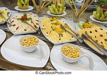 selction, de, frío, queso, comida de ensalada, en, un, restaurante, buffet