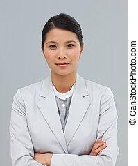 self-assured, businesswoman, hos, folde arme, smil, hos, den, kamera