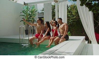 selfie, amis, heureux, multiracial, prendre, poolside