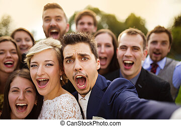 selfie, amis, prendre, nouveaux mariés