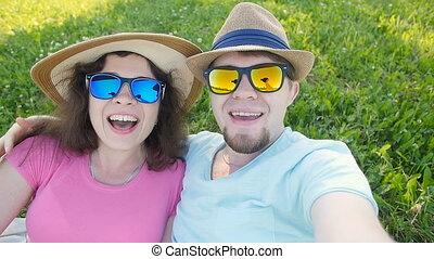 selfie, ensoleillé, jeune, jour, prendre, couple