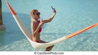 selfie, hamac, prendre, touriste, boire, femme, cocktail