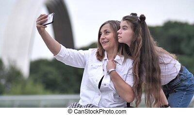 selfie, heureux, dehors, handicapé, maman, girl, prendre