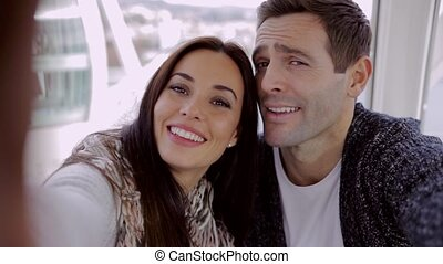 selfie, jeune, leur, rire, prendre, couple, heureux