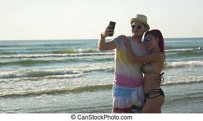 selfie, jeune, prendre, plage, couple, heureux