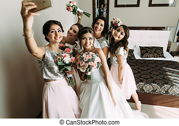 Selfie of the girls with bride before wedding